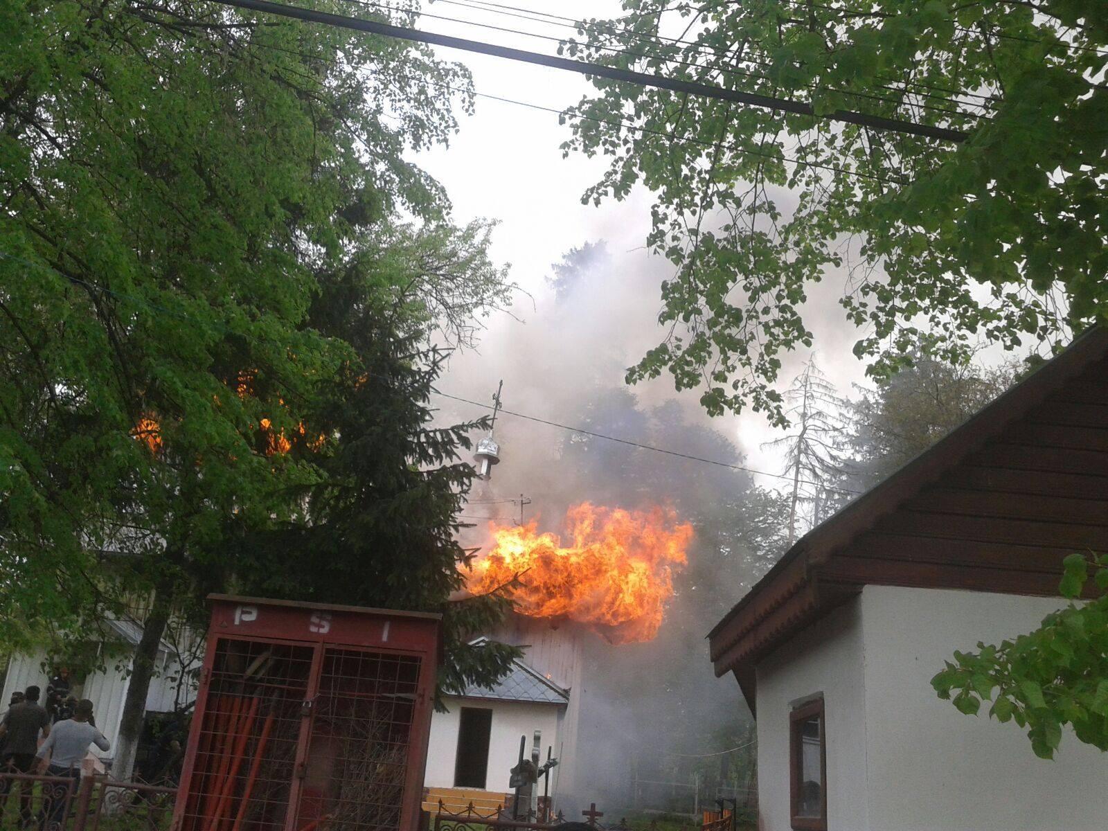 Biserica din Moreni a ars din cauza unui scurtcircuit. Incendiul a fost stins în şase ore