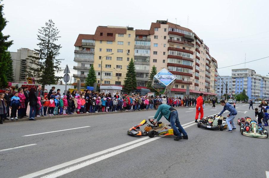 Copiii de la karting au făcut show în centrul Romanului