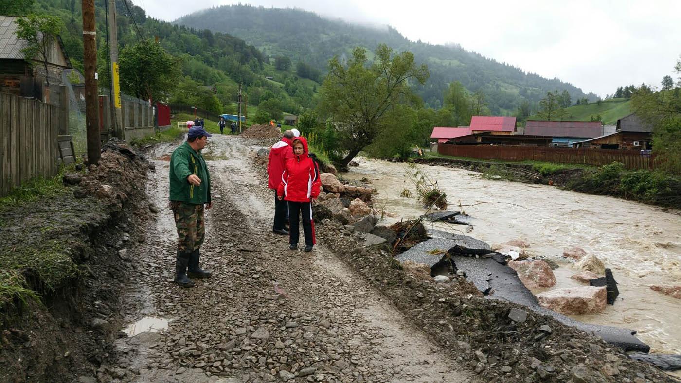 Bani de la guvern pentru localităţile din Neamţ afectate de ploi şi inundaţii