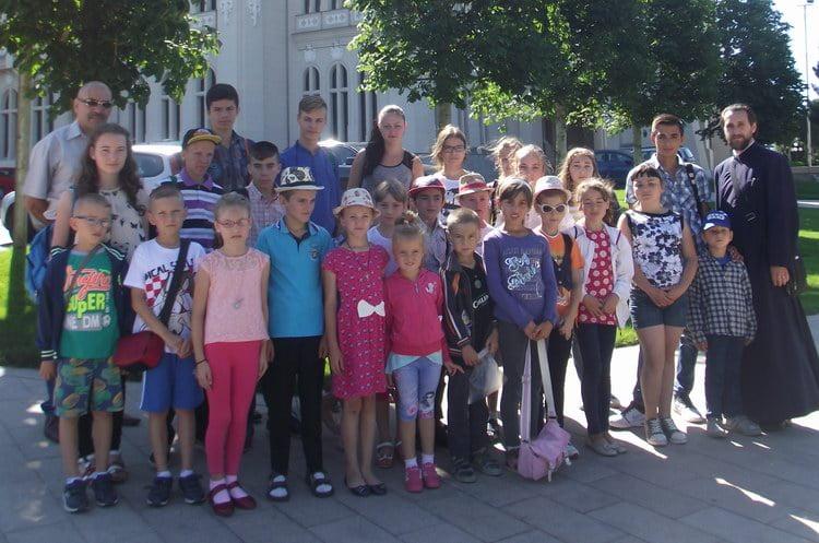 Copiii cu rezultate bune la învăţătură din Poieniţa, răsplătiţi cu o excursie în capitala Moldovei
