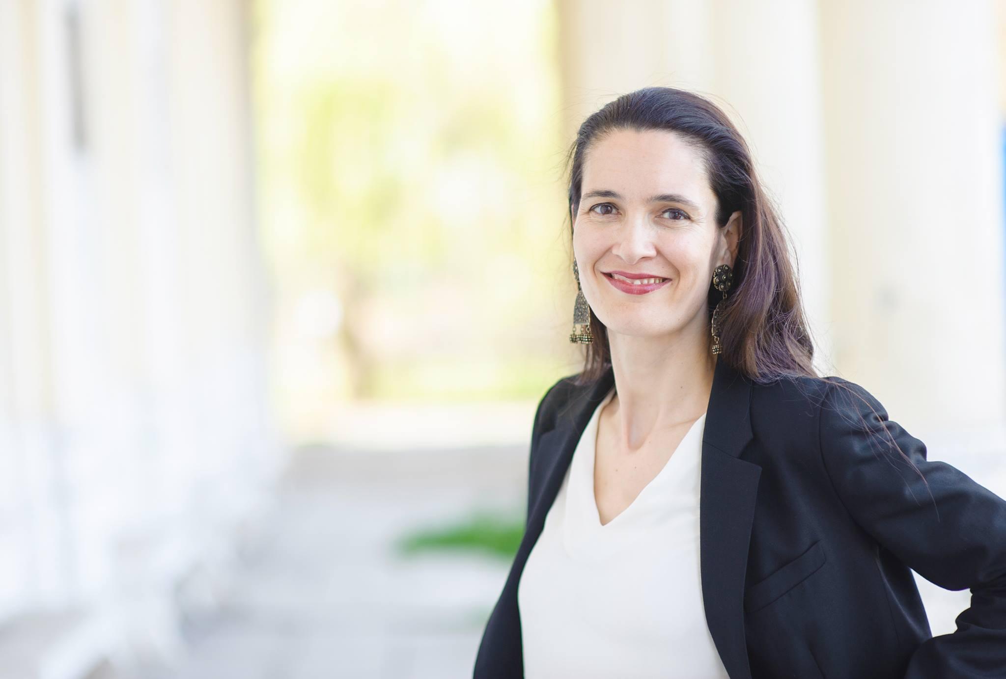 """Clotilde Armand își lansează la Roman cartea """"Am ales România. Povestea mea"""""""