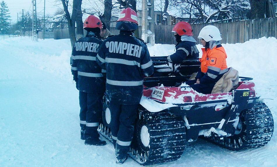 Ambulanțe și mașini blocate în nămeți, salvate de pompieri și de drumari
