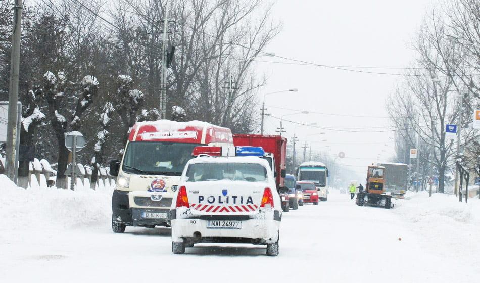 Probleme în județ după ninsoare: localități fără curent electric, mașini și o ambulanță blocate în zăpadă