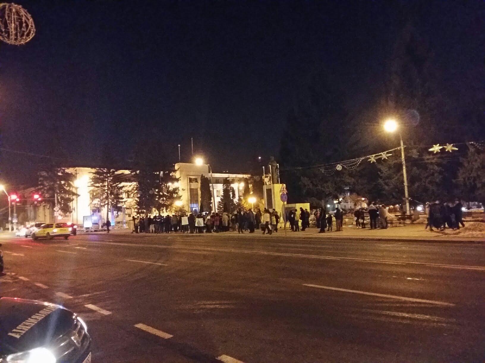UPDATE: Și romașcanii au ieșit marți în stradă. Noi proteste anunțate pentru miercuri seară