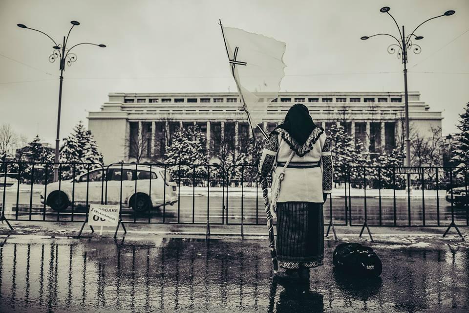 O romașcană în straie de sărbătoare, în fața Guvernului, a impresionat mediul online