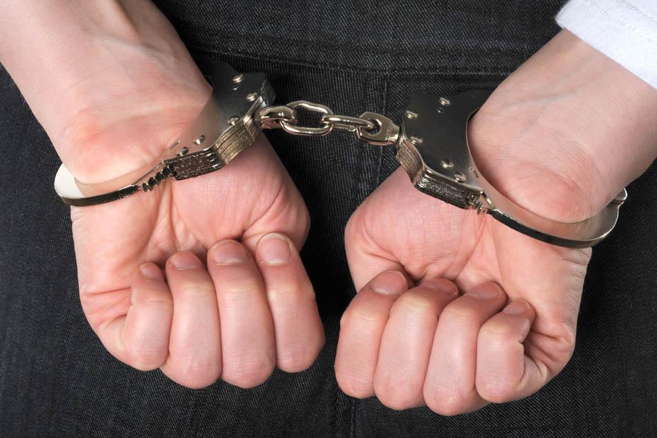 Femeie reținută de polițiștii romașcani pentru infracțiuni comise în Italia