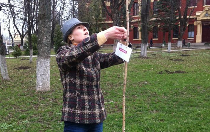 Primarul și jurnaliștii au plantat primii puieți. Ziarul de Roman a plantat un mesteacăn