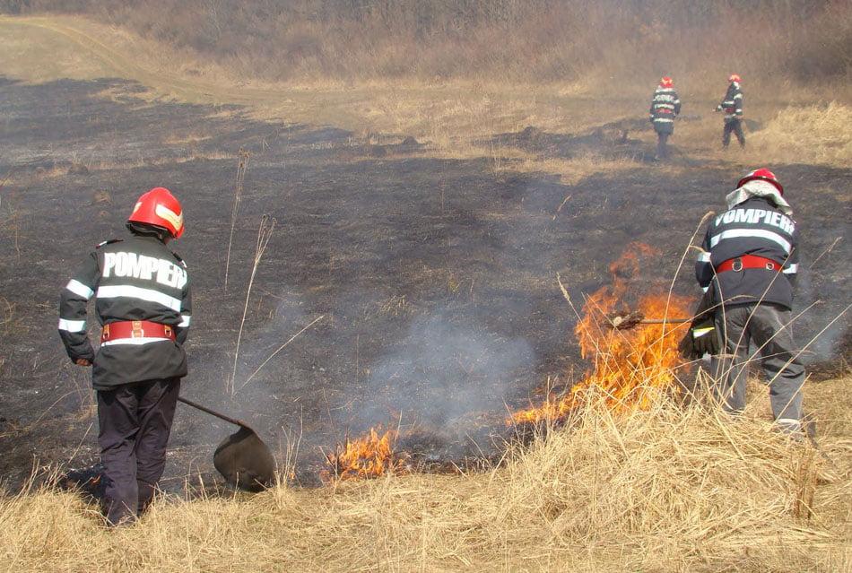 Incendii de vegetație uscată pe 15 hectare, stinse miercuri de pompieri