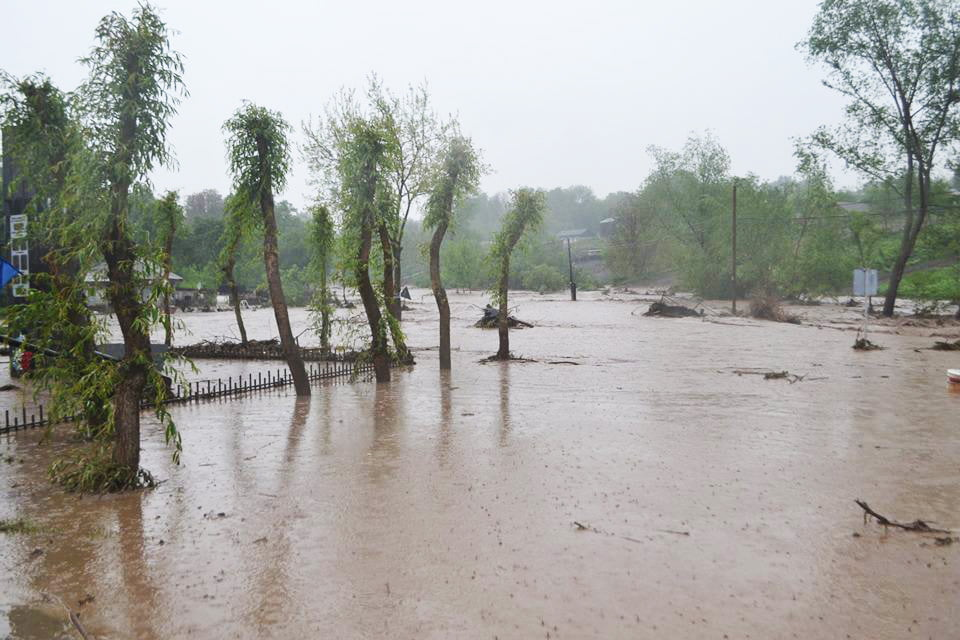 Ploile au făcut ravagii în Neamț. Apa a ajuns până la geamuri, la Văleni
