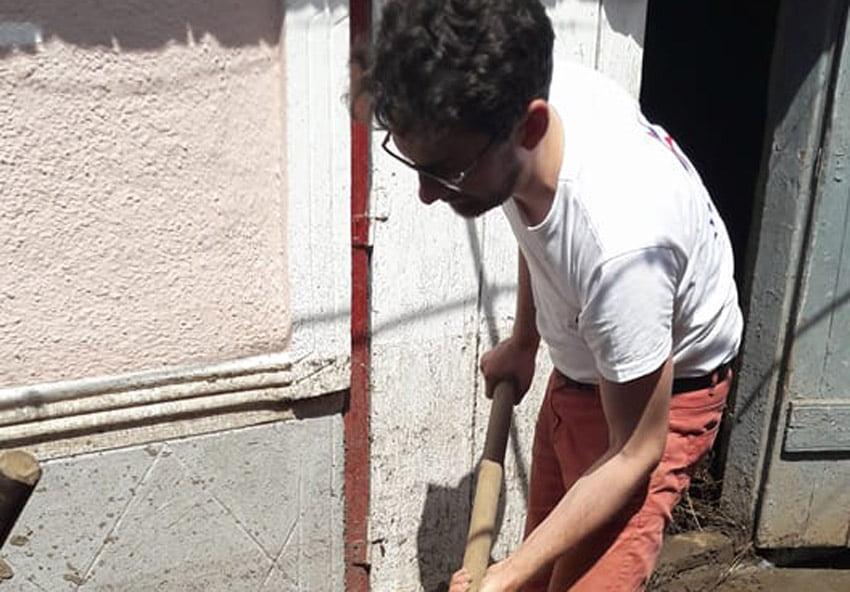 Deputatul Iulian Bulai i-a ajutat pe sătenii din Văleni să scoată mâlul din curți