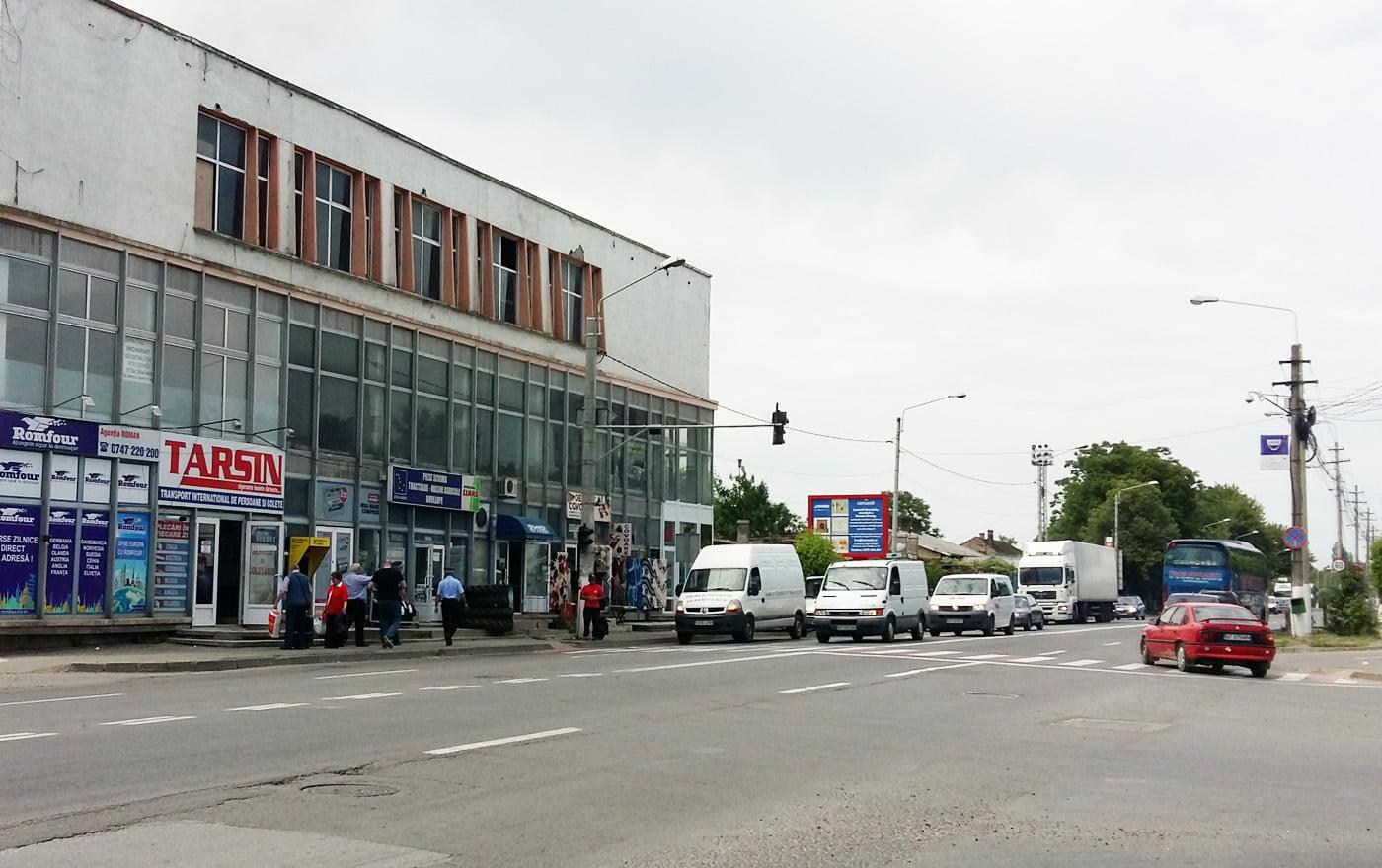 Ușa de la tir a distrus semaforul de la Gară