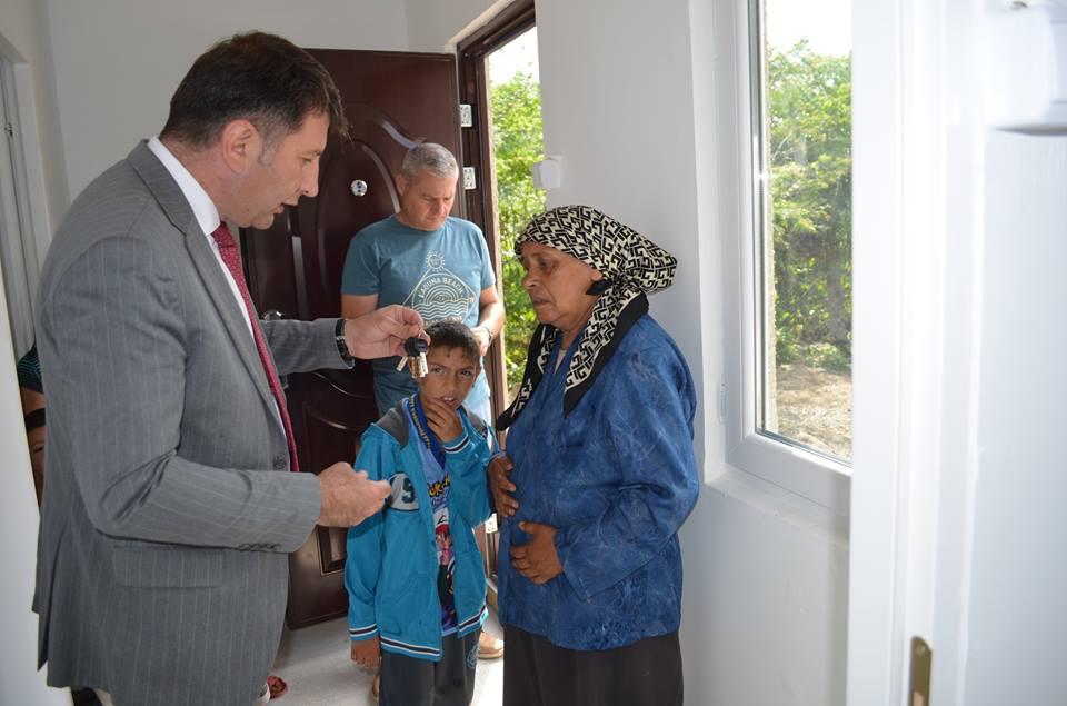 Familia din cartierul Bălcescu, a cărei casă a ars complet, a primit cheia noii locuințe