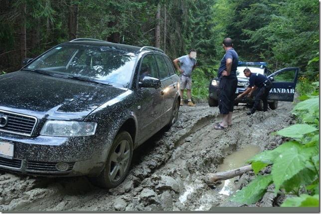 Turişti blocaţi cu maşina în pădure, ajutaţi de jandarmii montani