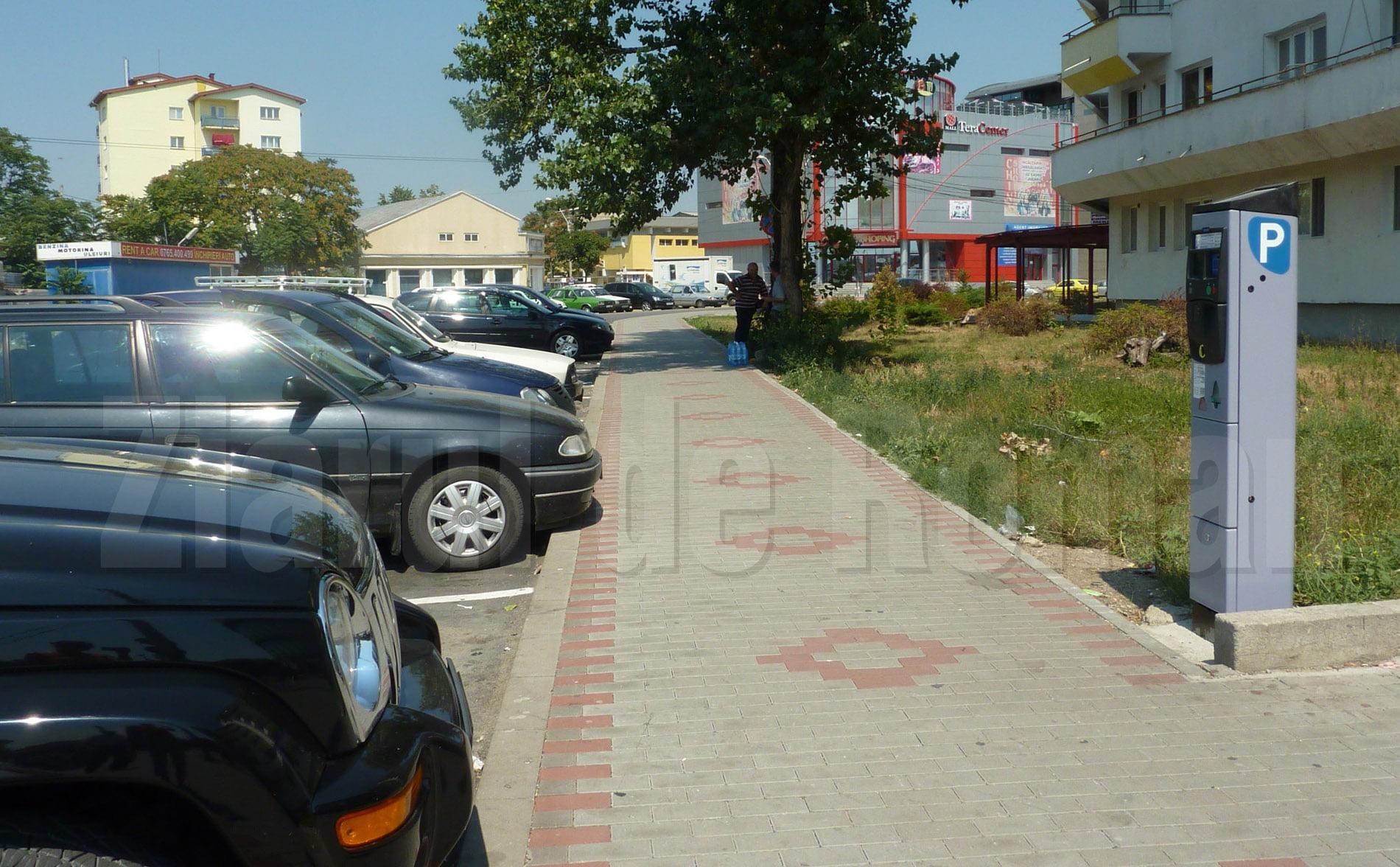 Noi modalități de parcare a autoturismelor în Roman. Parcările publice vor fi marcate cu albastru