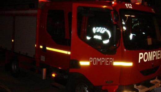 Mașina unui ofițer din Poliția Roman a fost incendiată. Anchetatorii au un cerc de suspecți