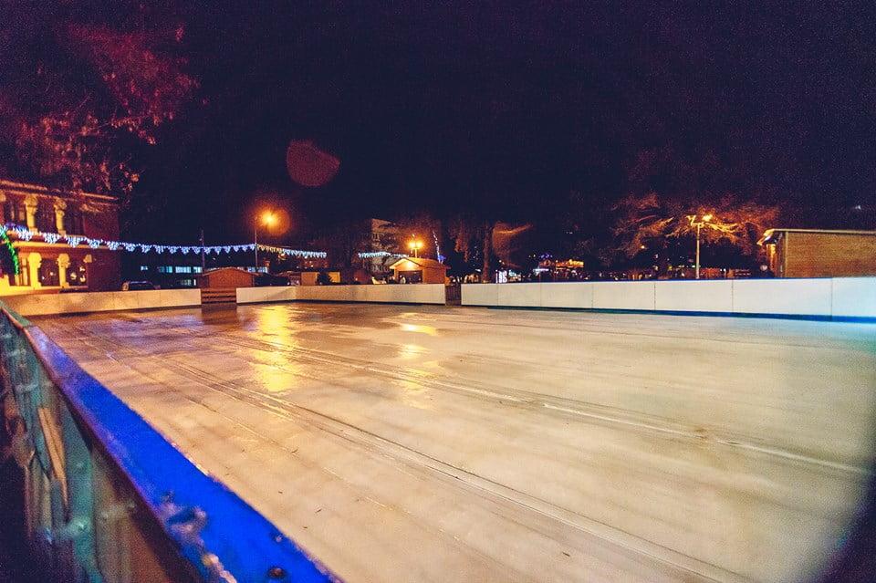 Petrecere pe patinoarul din centrul orașului