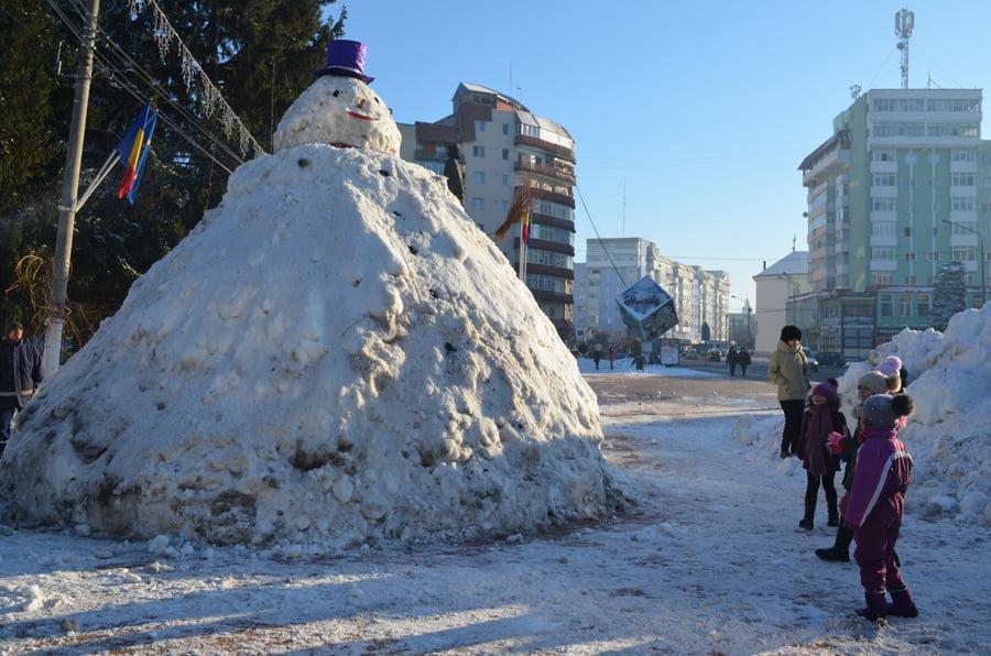 Romașcanii au construit un mare om de zăpadă la Statuie