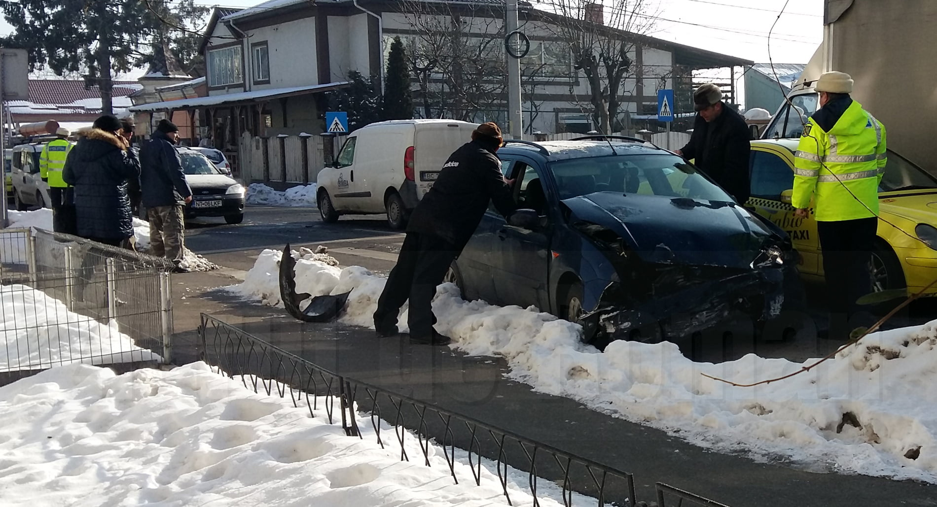 Accident cu două autoturisme, pe strada Bogdan Dragoș
