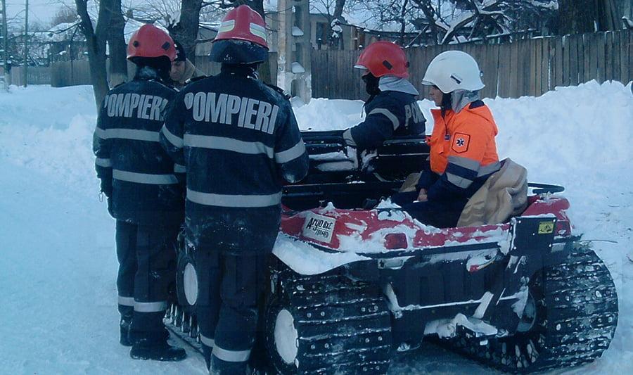 Două persoane dintr-o mașină rămasă înzăpezită, salvate de pompieri, la Secuieni