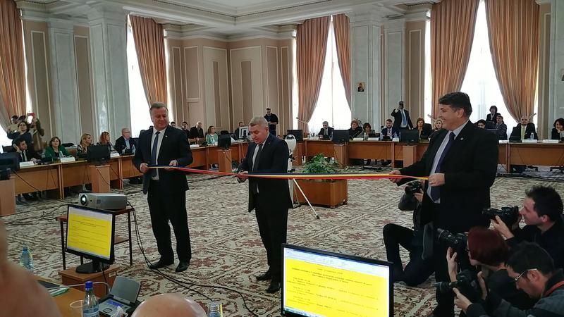 [VIDEO] Deputatul Leoreanu i-a oferit o panglică tricoloră ministrului Educației