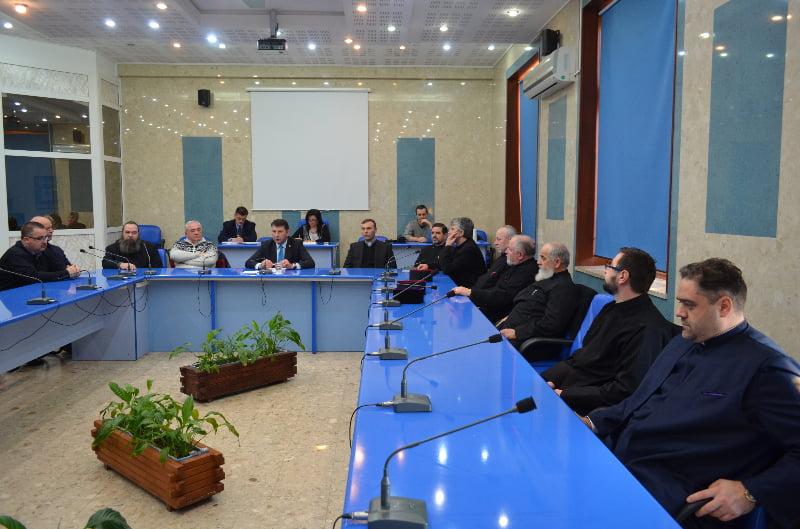Preoții ortodocși cer banii în mână, ceilalți se mulțumesc cu ce pot face și ce li se dă