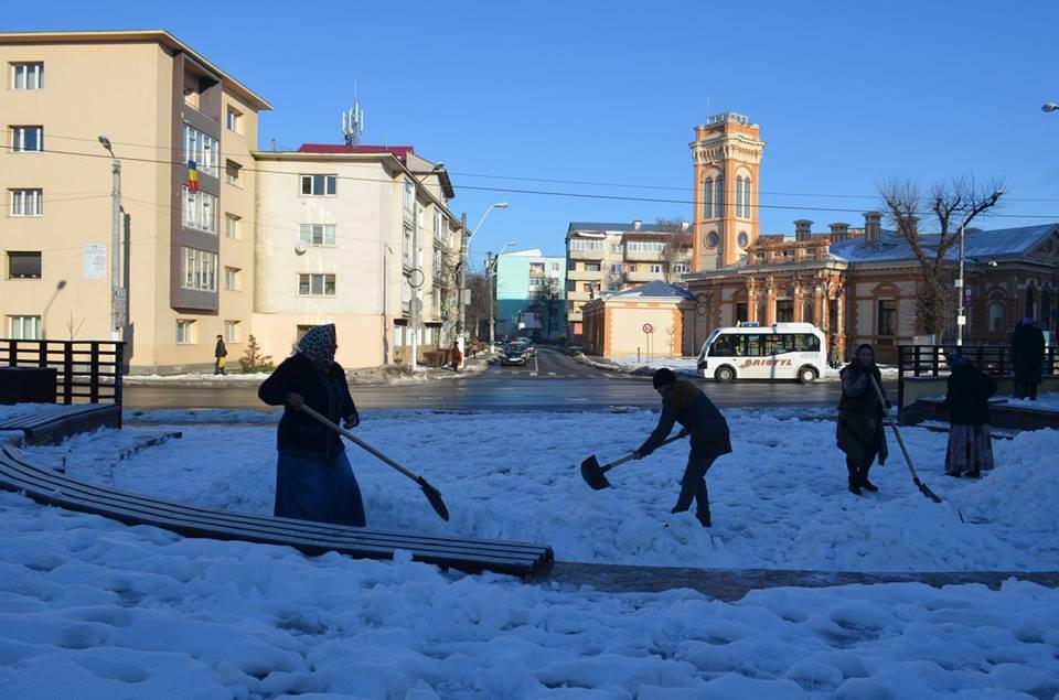 Beneficiarii de ajutor social, scoși la treabă la îndepărtat zăpada