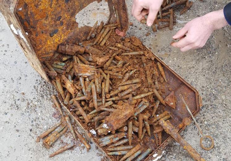 Muniție din al doilea război mondial, găsită pe malul Siretului, la Tămășeni