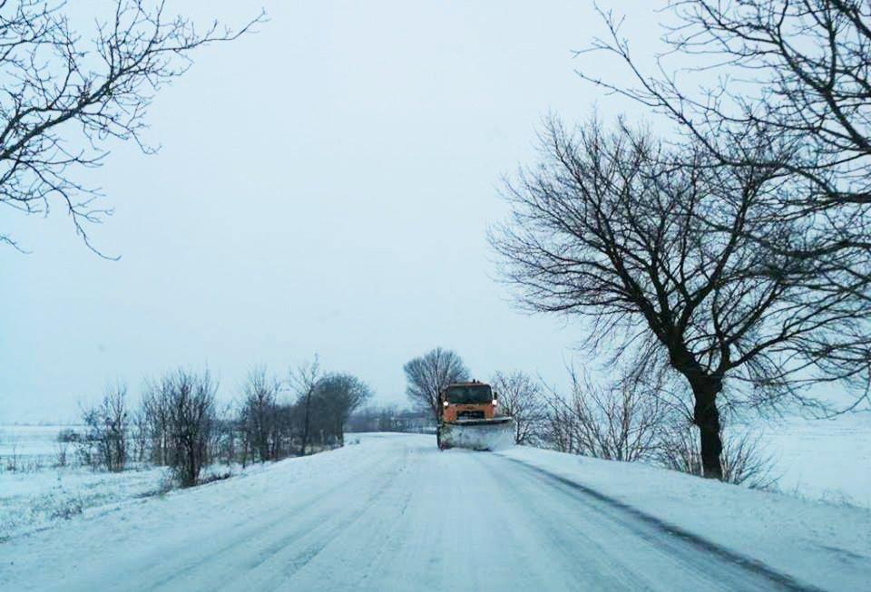Drumuri blocate de zăpadă, la sfârșit de săptămână