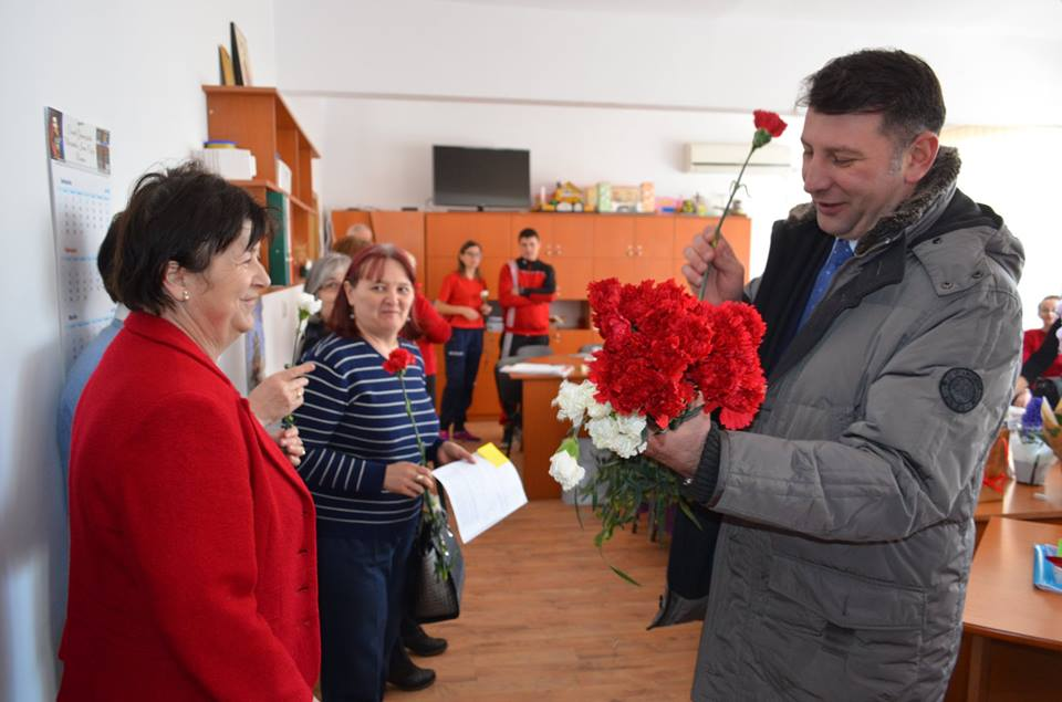 Primarul Lucian Micu a dăruit flori de 1 Martie