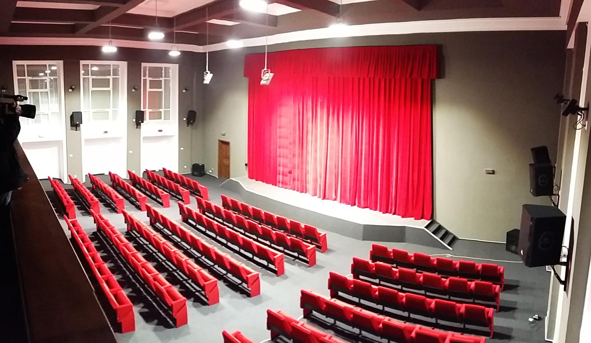 Noi proiecții de filme și spectacole pentru romașcani. Cum arată acum sala de festivități a Primăriei Roman