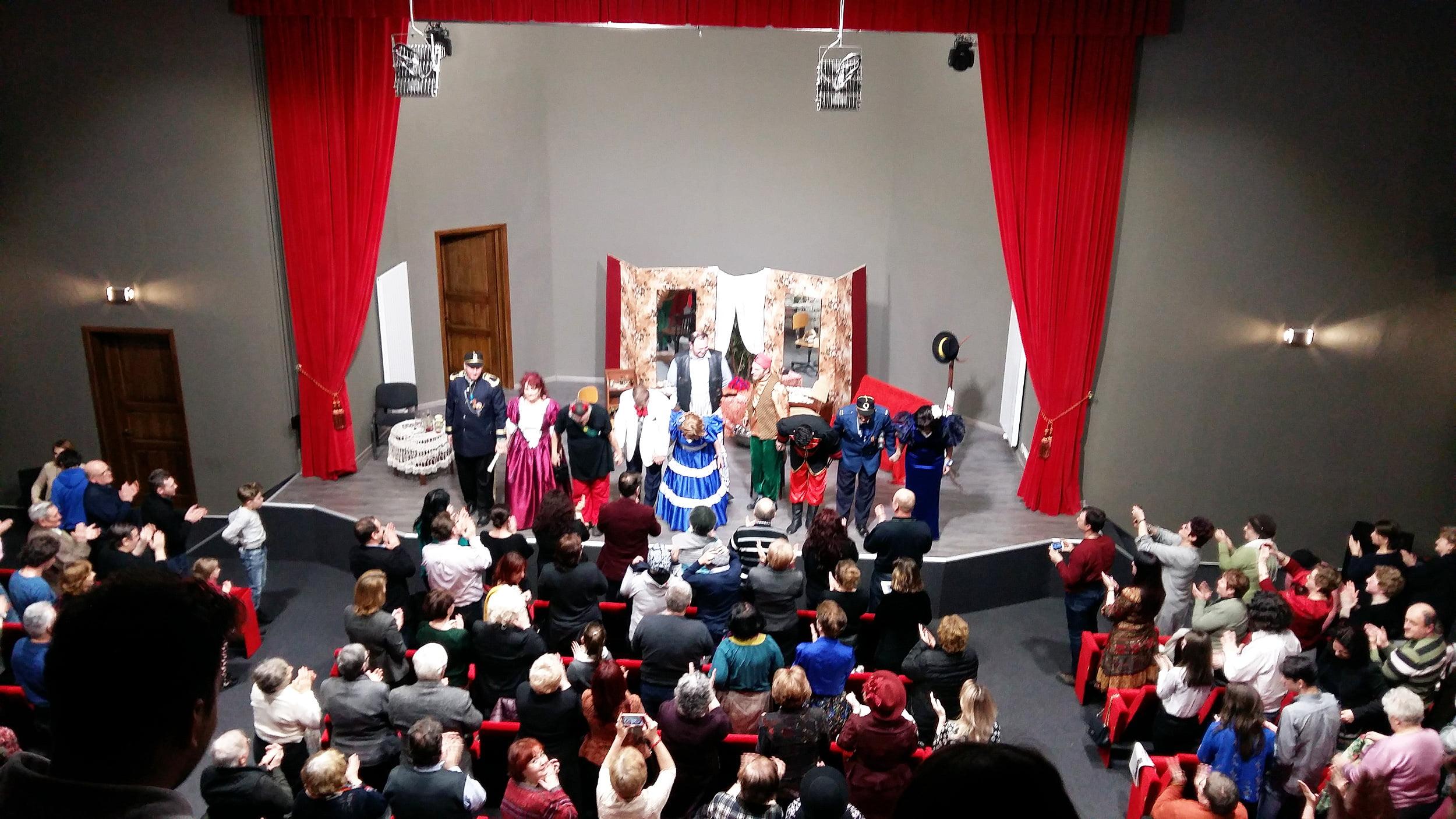"""Teatrul """"Dan Alecsandrescu"""" a umplut până la refuz noua sală a Primăriei Roman, cu piesa """"D'ale carnavalului"""""""