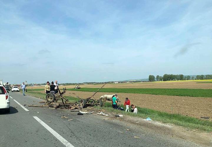 Grav accident pe E85, la ieșirea din Horia: o mașină răsturnată și o căruță făcută bucăți