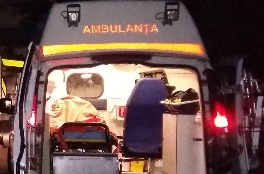 Accident rutier la Adjudeni. Două persoane rănite, după ce o mașină condusă de un șofer băut s-a răsturnat