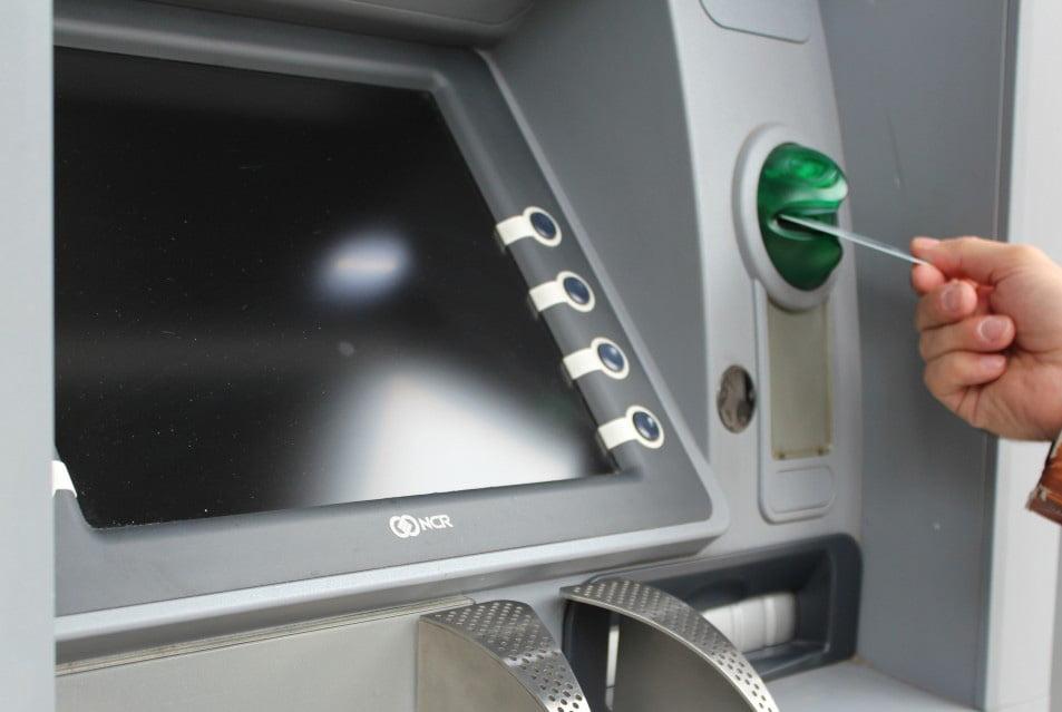 Avertismentul Poliției pentru cei care retrag bani de la bancomat