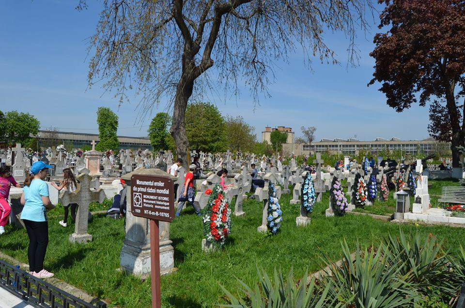 """150 de elevi au curățat și plantat flori la mormintele ostașilor din Cimitirul """"Eternitatea"""""""