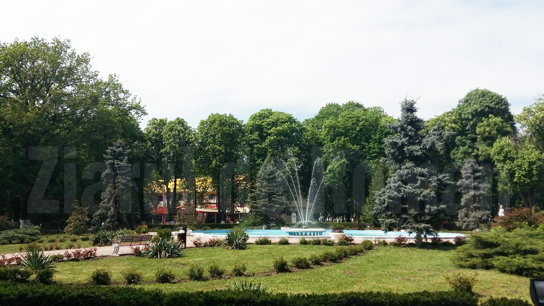 Tobogan gonflabil, trambuline și trenuleț turistic în Parcul Municipal