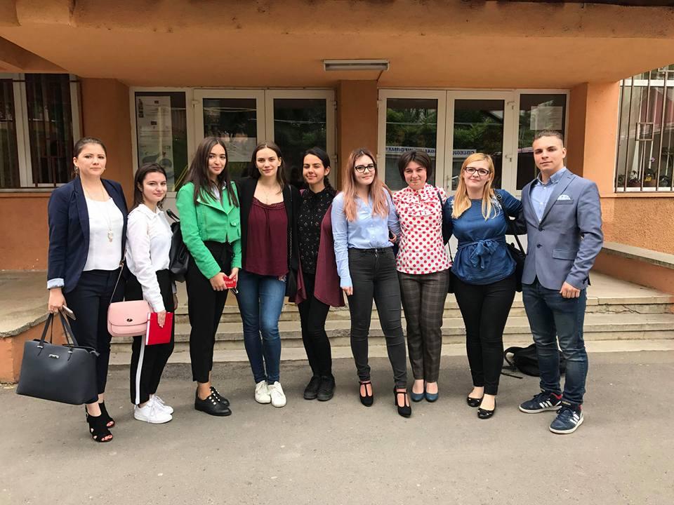 """Elevii Colegiului Național """"Roman-Vodă"""", primii din județ la Olimpiada de argumentare, dezbatere și gândire critică """"Tinerii dezbat"""""""
