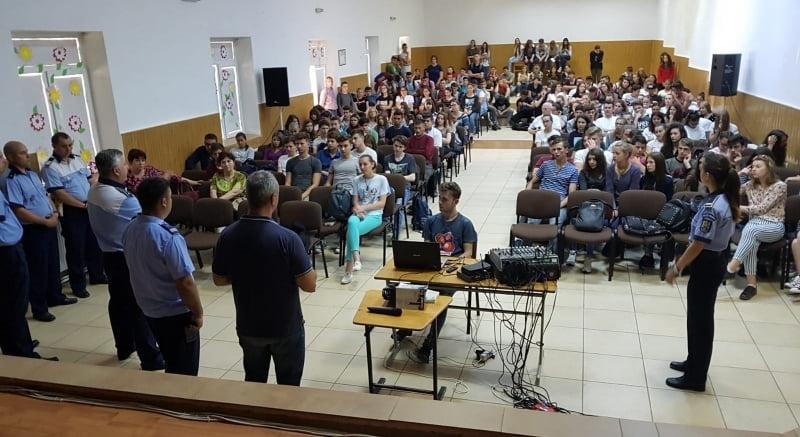"""Programe de prevenire derulate de polițiști la Liceul Teoretic """"Vasile Alecsandri"""" din Săbăoani"""
