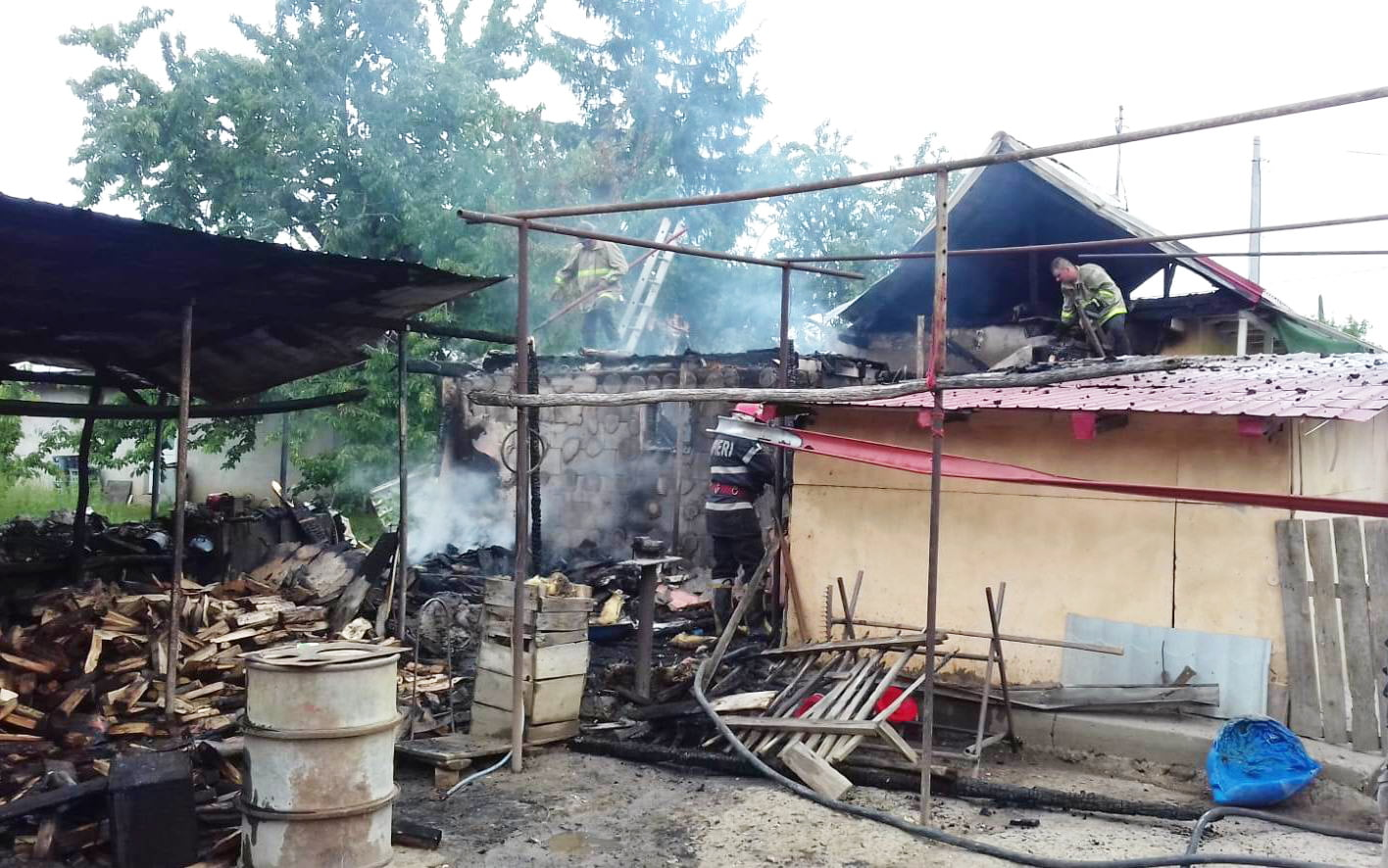 Gospodărie în flăcări, în comuna Bahna