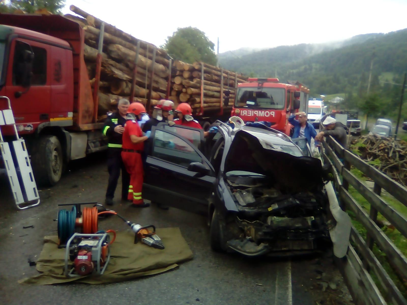 Accident mortal, după ce o mașină s-a ciocnit cu un autotren