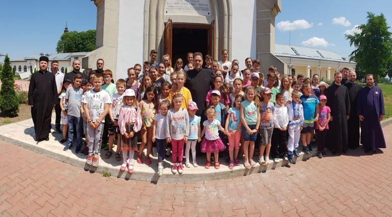 Copii din familii defavorizate, sărbătoriți de Protopopiatul Roman de 1 Iunie