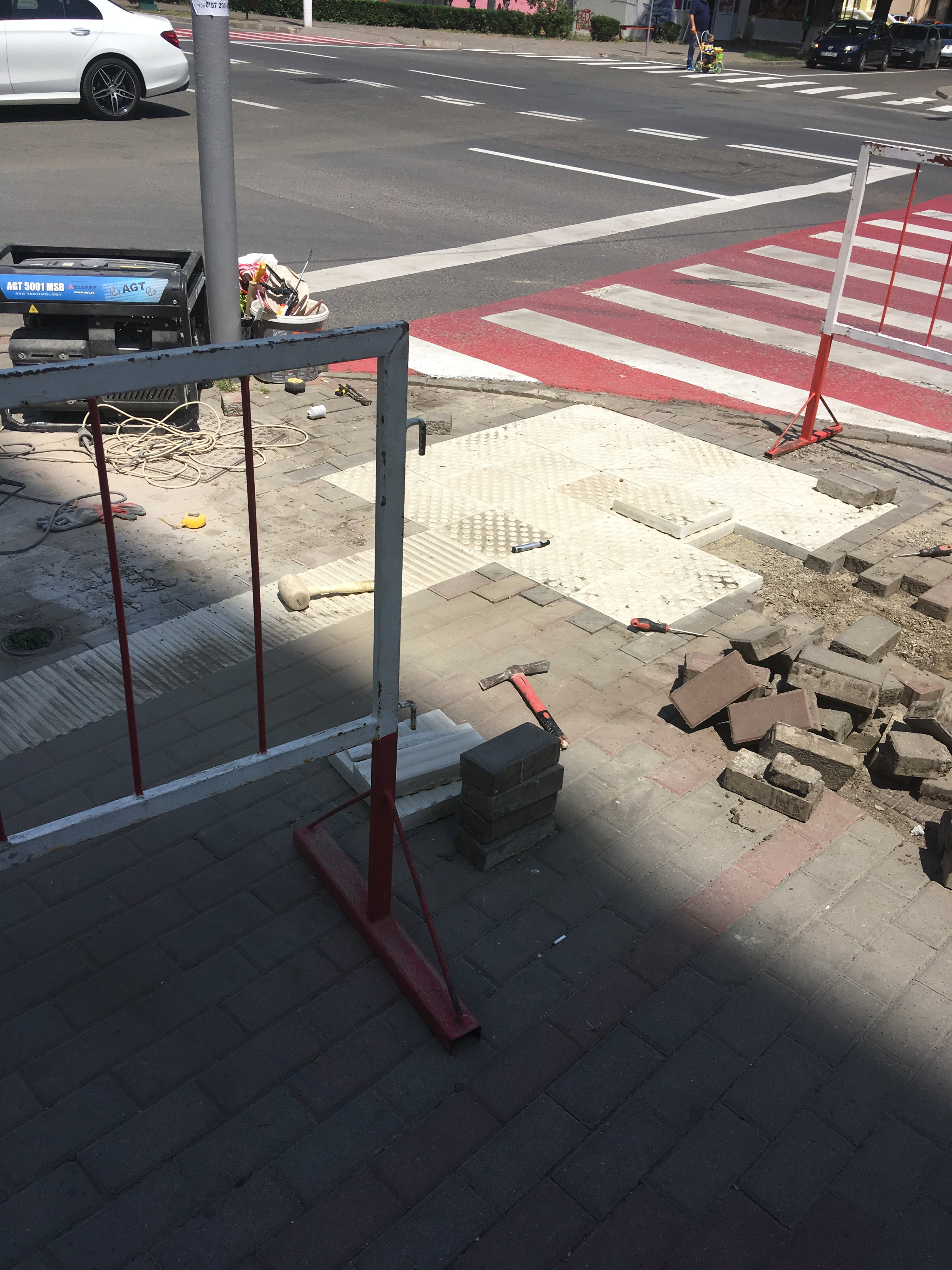 S-au pus primele pavele tactile și semafoare cu sunet pentru siguranța nevăzătorilor