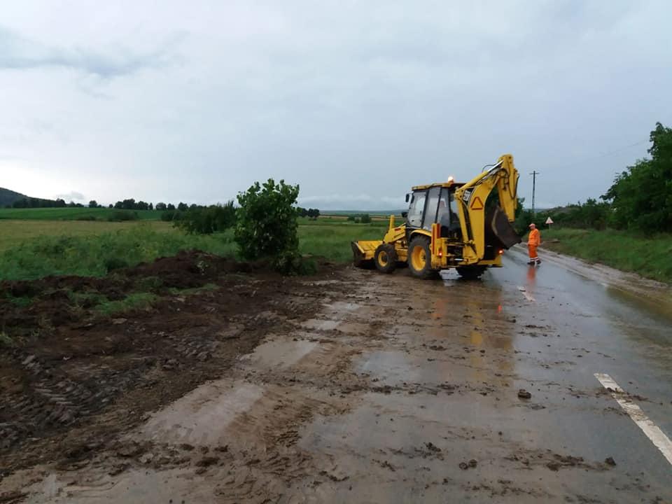 Gospodării, terenuri și drumuri inundate, în urma ploilor de joi seară