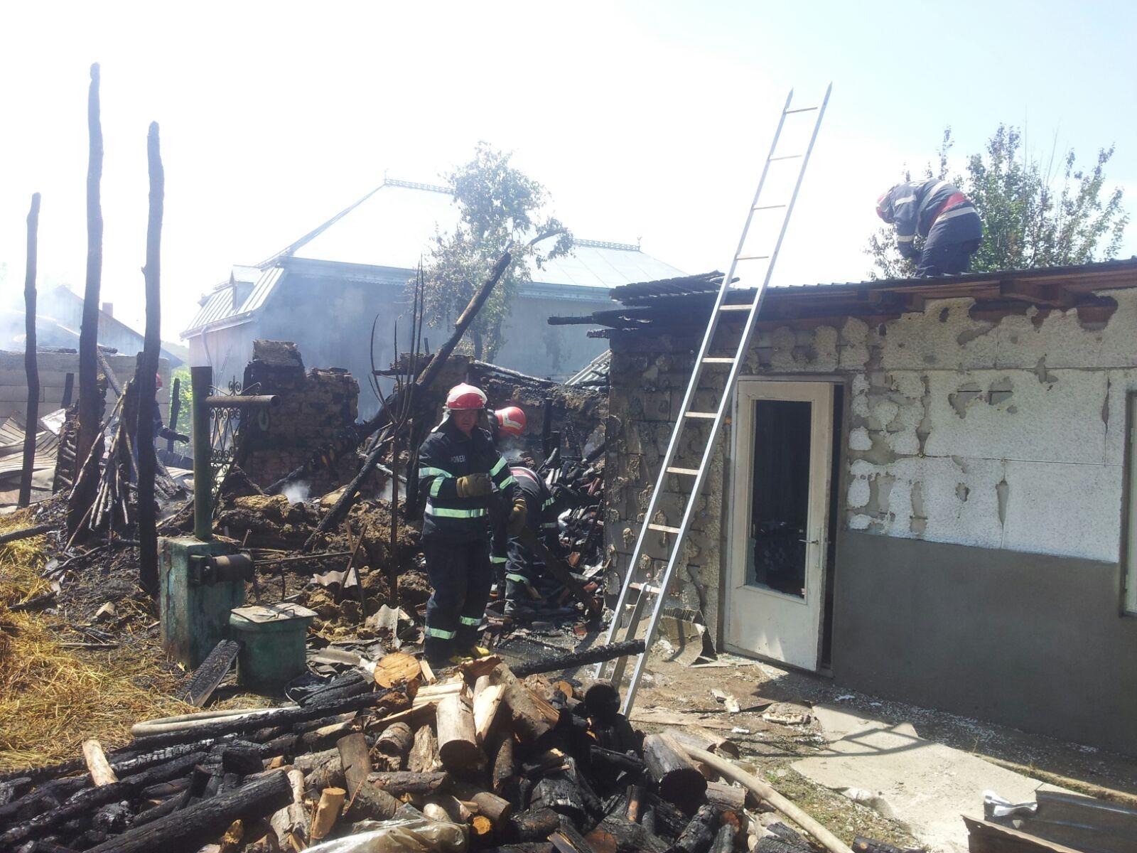 [FOTO] Trei gospodării în flăcări, la Sagna