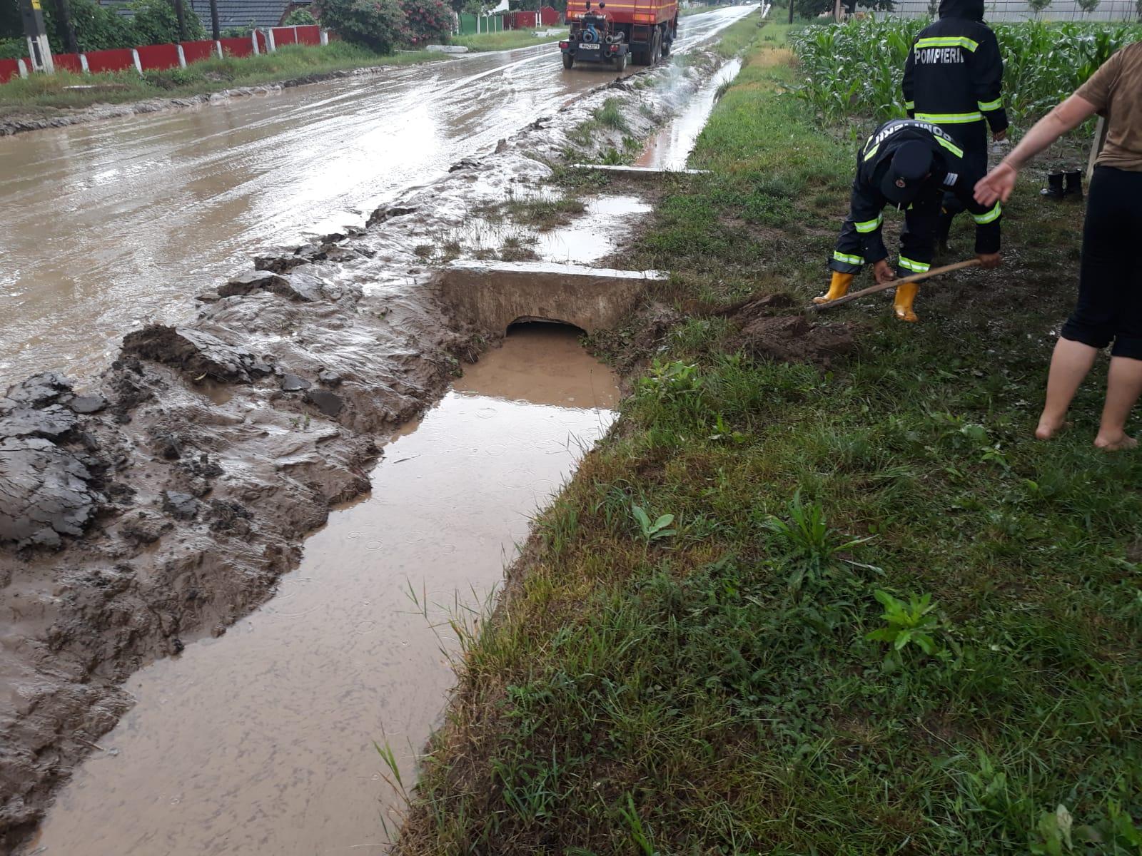 Locuințe și curți inundate, localități fără curent electric, bilanțul ploilor din acest sfârșit de săptămână