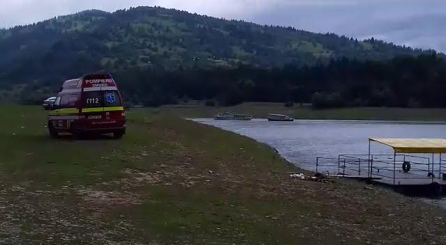 Intervenție a pompierilor pentru 24 de persoane aflate pe un vaporaș în derivă, pe lacul Izvorul Muntelui