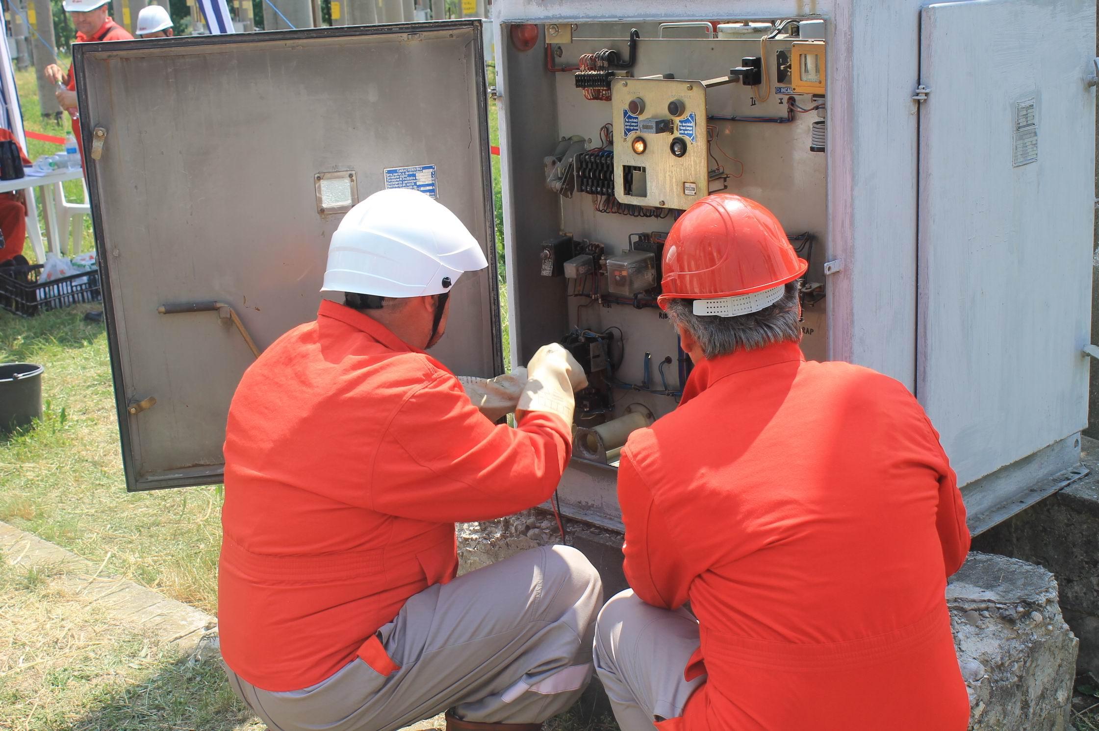 Electricieni din Neamț, calificați la etapa naţională a Trofeului Electricianului