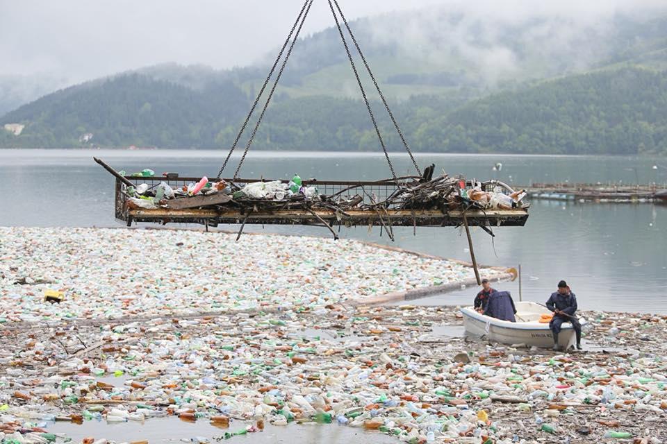 Tone de lemne şi zeci de saci cu PET-uri adunați joi de pe Lacul Izvorul Muntelui