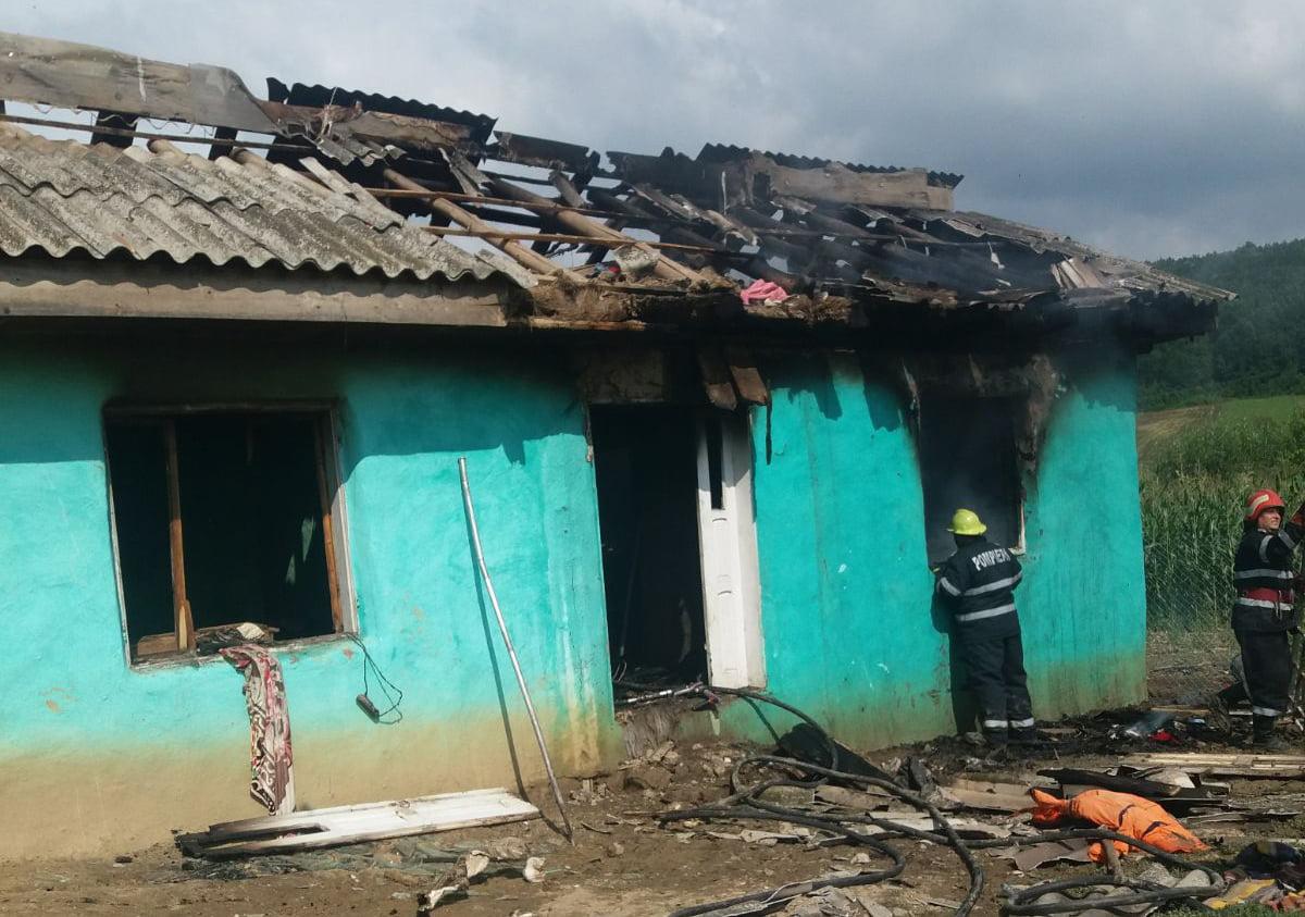 O casă a ars, la Boghicea, din cauza jocului cu focul
