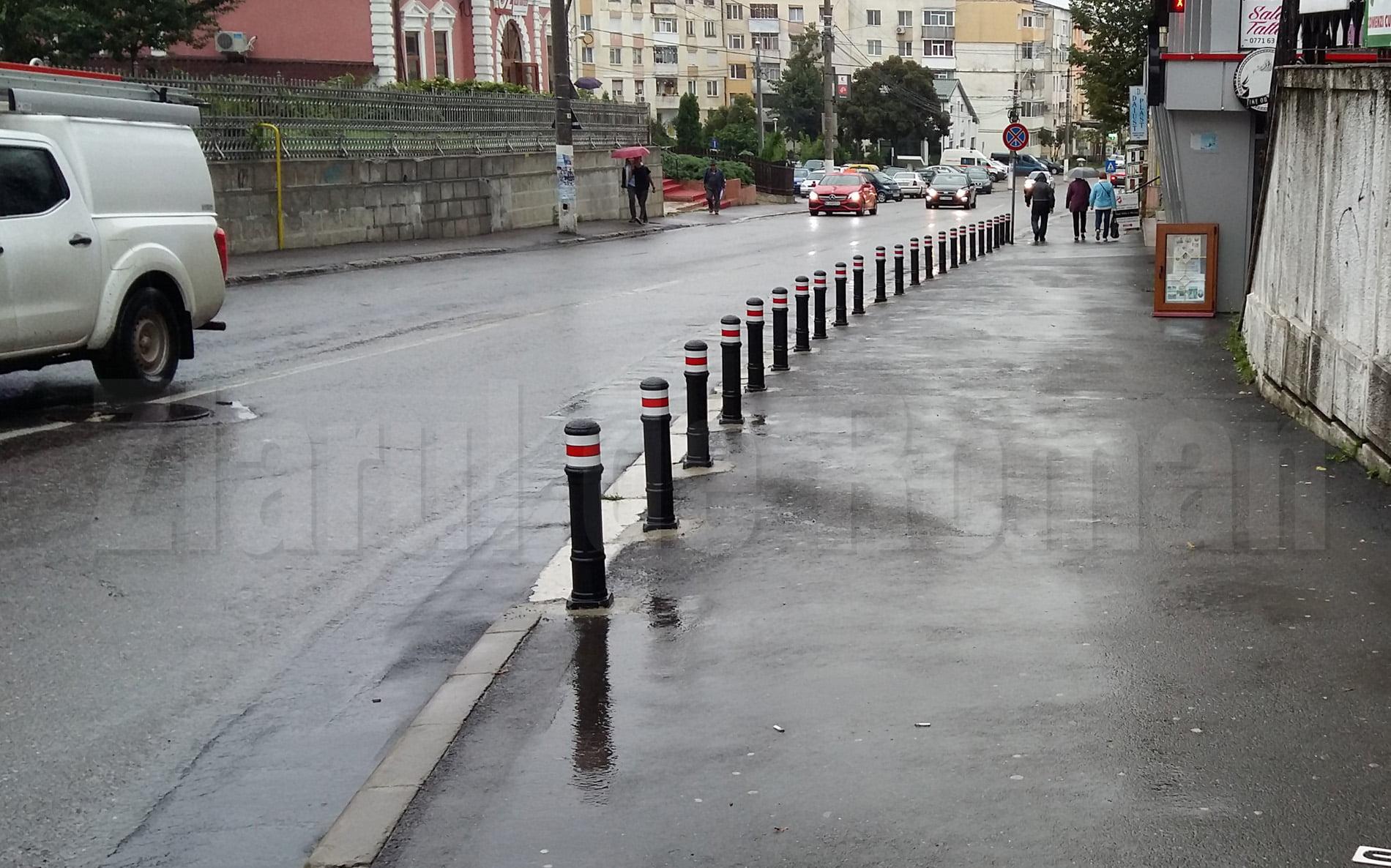 Stâlpi pentru împiedicarea accesului autoturismelor, pe trotuarul de pe strada Bogdan Dragoș